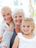 Ritratto di una famiglia allegra che esamina la macchina fotografica Fotografie Stock