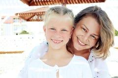 Ritratto di una famiglia felice che vacationing dal mare Fotografia Stock