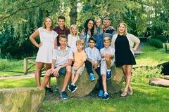 Ritratto di una famiglia felice di undici sotto l'albero Fotografie Stock Libere da Diritti