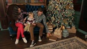 Ritratto di una famiglia felice vicino all'albero di Natale archivi video