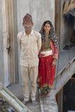 Ritratto di una famiglia indiana felice che vive nella città Devprayag vicino al fiume Ganga, India Fine in su immagini stock libere da diritti