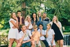 Ritratto di una famiglia pensierosa di undici in parco Fotografie Stock
