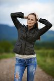Ritratto di una giovane donna all'aperto Fotografia Stock Libera da Diritti