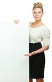 Ritratto di una giovane donna casuale che tiene spazio in bianco fotografia stock libera da diritti
