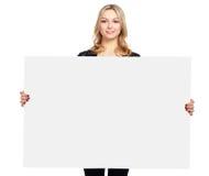Ritratto di una giovane donna casuale che tiene spazio in bianco fotografia stock