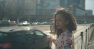 Ritratto di una giovane donna che cammina nelle vie della città archivi video