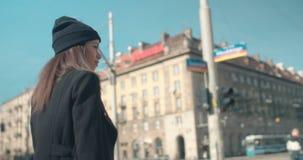 Ritratto di una giovane donna che cammina nelle vie della città stock footage