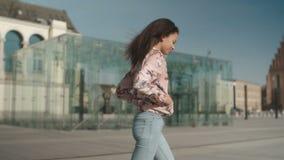 Ritratto di una giovane donna che cammina nelle vie della città video d archivio