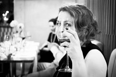 Ritratto di una giovane donna che mangia vino ad un partito Immagine Stock Libera da Diritti