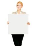 Ritratto di una giovane donna che tiene carta in bianco - immagini stock libere da diritti