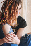 Ritratto di una giovane donna con i dreadlocks sul suo testa Fotografia Stock
