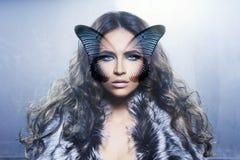 Ritratto di una giovane donna con una farfalla sul suo fronte Fotografia Stock Libera da Diritti