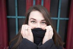 Ritratto di una giovane donna con una sciarpa nell'inverno immagine stock