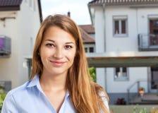 Ritratto di una giovane donna davanti ad una costruzione Fotografia Stock