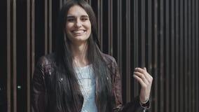 Ritratto di una giovane donna genuino che ride e che si rallegra all'aperto archivi video