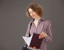 Ritratto di una giovane donna graziosa che tiene un libro aperto Fotografie Stock