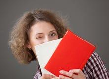 Ritratto di una giovane donna graziosa con i libri Immagine Stock