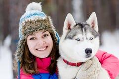 Ritratto di una giovane donna graziosa con il suo cane di animale domestico Fotografia Stock Libera da Diritti