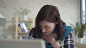 Ritratto di una giovane donna malata, un dolore acuto nella gola video d archivio
