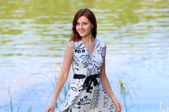 Ritratto di una giovane donna nel lago Immagini Stock