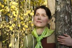 Ritratto di una giovane donna nella foresta di autunno Immagine Stock Libera da Diritti