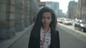 Ritratto di una giovane donna nelle vie della città archivi video