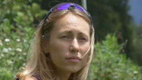 Ritratto di una giovane donna su un fondo di erba video d archivio