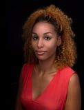 Ritratto di una giovane donna in uno scuro Fotografie Stock
