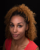 Ritratto di una giovane donna in uno scuro fotografia stock libera da diritti