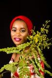 Ritratto di una giovane signora con le foglie verdi nei precedenti fotografie stock libere da diritti
