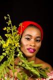 Ritratto di una giovane signora con le foglie verdi nei precedenti fotografia stock