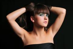 Ritratto di una holding della giovane donna i suoi capelli lunghi Fotografia Stock Libera da Diritti