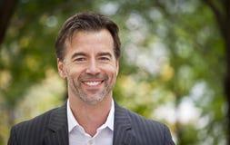 Ritratto di una macchina fotografica di Smiling At The dell'uomo d'affari di Successul Fotografia Stock Libera da Diritti