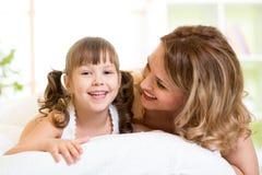 Ritratto di una madre allegra e del suo bambino della figlia Fotografie Stock Libere da Diritti