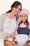 Ritratto di una madre e della sua cottura della figlia Immagini Stock
