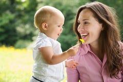Ritratto di una madre e di un bambino che sorridono all'aperto Immagini Stock
