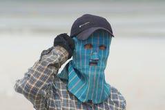 Ritratto di una maschera di protezione d'uso dell'uomo all'azienda agricola del sale in Huahin, Tailandia Immagine Stock Libera da Diritti