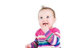 Ritratto di una neonata divertente in un vestito a strisce rosa, isolato su bianco Immagine Stock