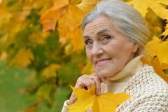 Ritratto di una posa anziana della donna del beautifil felice Immagini Stock Libere da Diritti