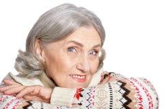 Ritratto di una posa senior felice della donna isolato Immagini Stock Libere da Diritti