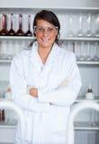 Ritratto di una posizione femminile dell'allievo di scienza Fotografia Stock Libera da Diritti