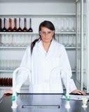 Ritratto di una posizione femminile dello scienziato Fotografia Stock Libera da Diritti