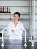 Ritratto di una posizione sorridente dell'allievo di scienza Fotografie Stock