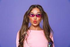 Ritratto di una ragazza adorabile in maglietta felpata in occhiali da sole fotografia stock libera da diritti