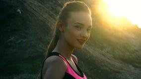 Ritratto di una ragazza affascinante al tramonto archivi video