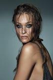 Ritratto di una ragazza alla moda sexy con capelli bagnati e la e splendida Fotografie Stock Libere da Diritti