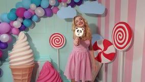 Ritratto di una ragazza allegra con le grandi lecca-lecca archivi video