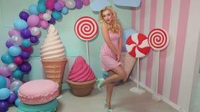 Ritratto di una ragazza allegra con le grandi lecca-lecca stock footage