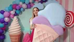 Ritratto di una ragazza allegra con un gelato gigante video d archivio