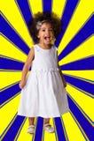 Ritratto di una ragazza allegra prescolare integrale Colpo dello studio Bambino su fondo geometrico immagini stock
